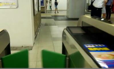 新橋駅改札を出る