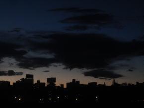 暗雲がたちこめる